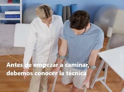 Fisioterapeuta enseña andar con muletas